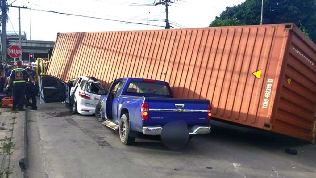 ขับรถยนต์ใกล้รถบรรทุก